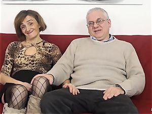 SCAMBISTI MATURI - Deep rectal with mature Italian gal