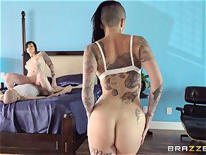 extraordinaire porno three-way with tattooed punks Leigh Raven, Nikki Hearts and Xander Corvus