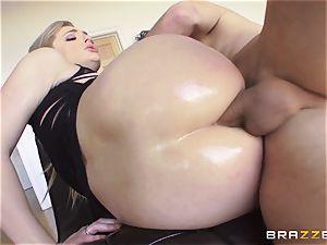 beautiful Dahlia Sky gets her anus serviced